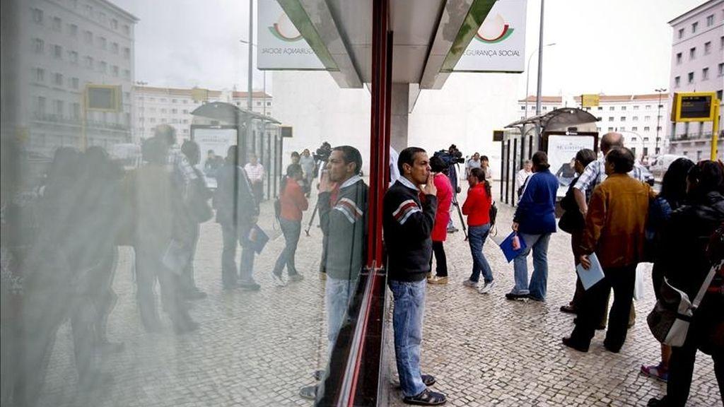 Personas hacen cola en una oficina de la Seguridad Social, en Lisboa, Portugal hoy, viernes, 6 de mayo de 2011, durante la jornada de primera huelga de funcionarios públicos después de conocerse ayer las condiciones del rescate financiero impuestas al país luso, tasado en 78.000 millones de euros para los próximos tres años. EFE
