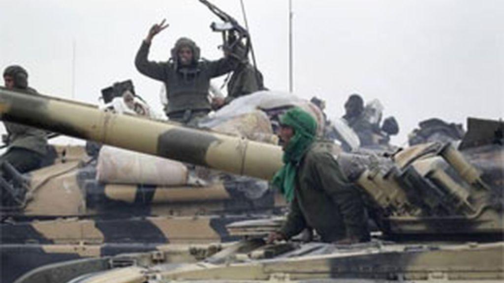 Los soldados de Gadafi arrebatan el poder a los sublevados en el puesto fronterizo de Dehiba y les atacan.