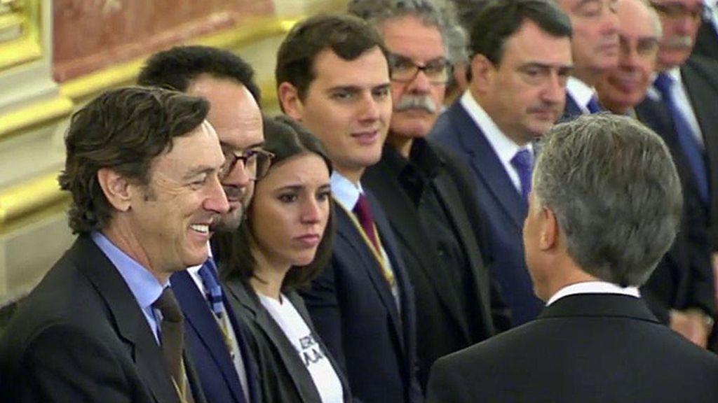 Camiseta reivindicativa y sin aplausos, la posición de Podemos en la visita de Macri