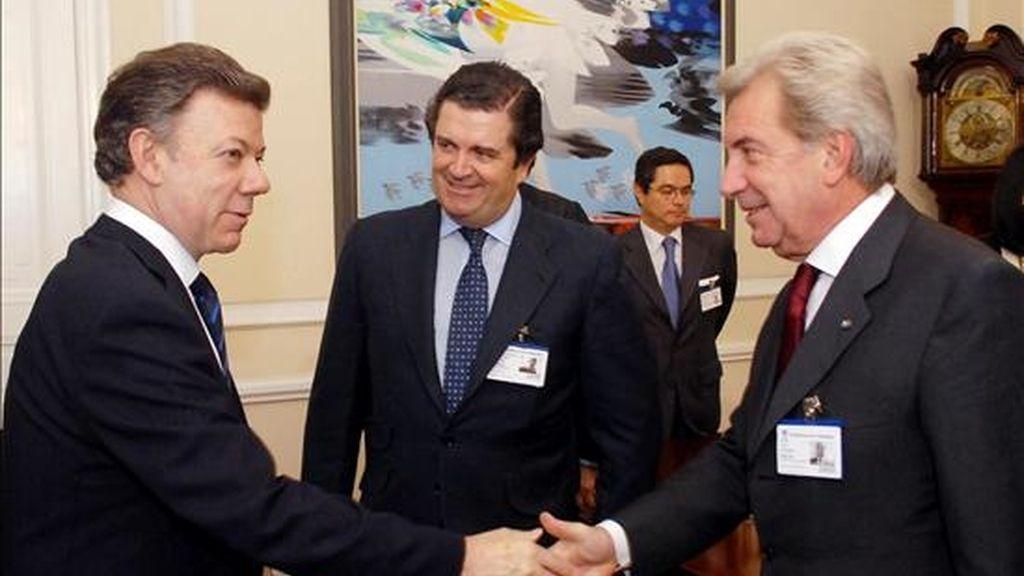 Imagn cedida, del presidente de Colombia, Juan Manuel Santos (i), saluda al director general del grupo eléctrico italiano Enel, Fluvio Conti (d), y al presidente de Endesa, Borja Prado (c), este 22 de noviembre, en el Palacio de Nariño en Bogotá (Colombia). EFE