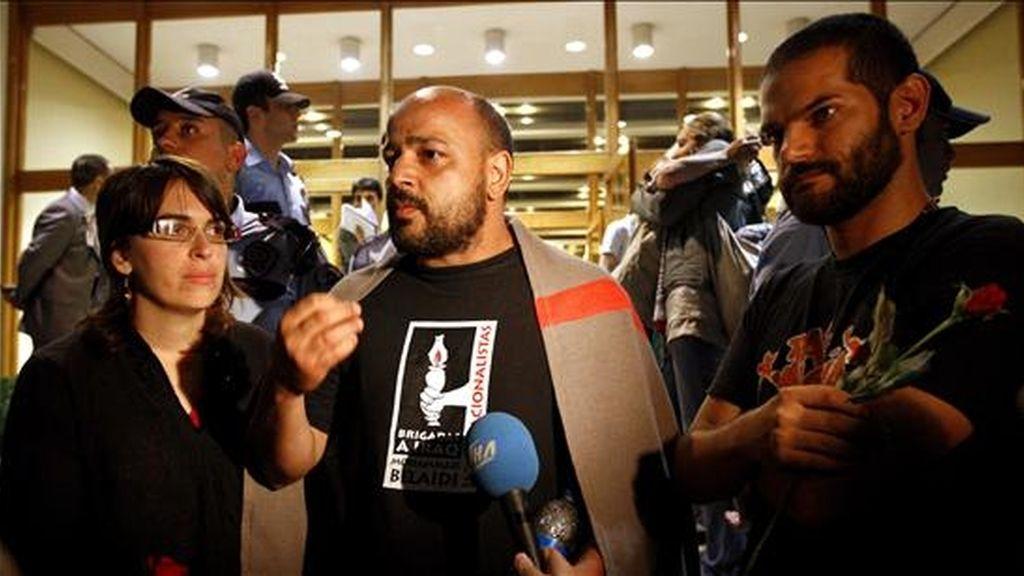 """Los activistas españoles Laura Aran (i), Mahvel Tapial (c) y David Segarra (d), que estuvieron a bordo del """"Mavi Marmara"""". EFE/Archivo"""