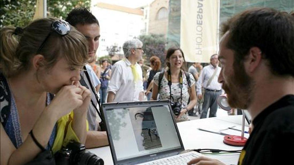 Una participante de la Noche de la Fotografía entrega sus instantáneas tras recorrer las calles de Madrid. EFE