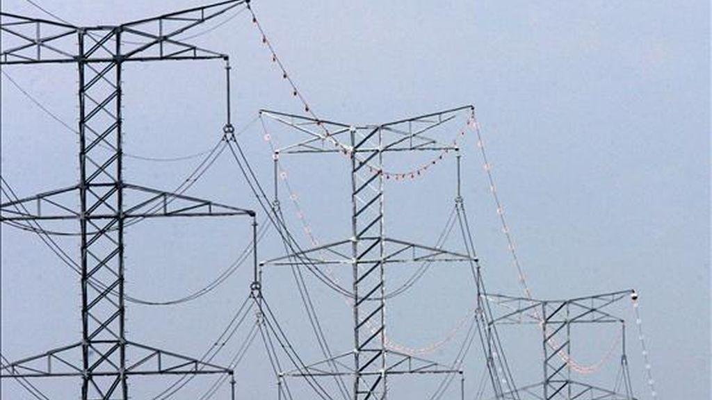 La Comisión Nacional del Mercado de Valores (CNMV) aprobó hoy el folleto para la titulización (conversión en deuda negociable) del déficit de la tarifa eléctrica, que a finales de 2009 superaba los 14.600 millones de euros y que ahora soportan las cuentas de las compañías eléctricas. EFE/Archivo