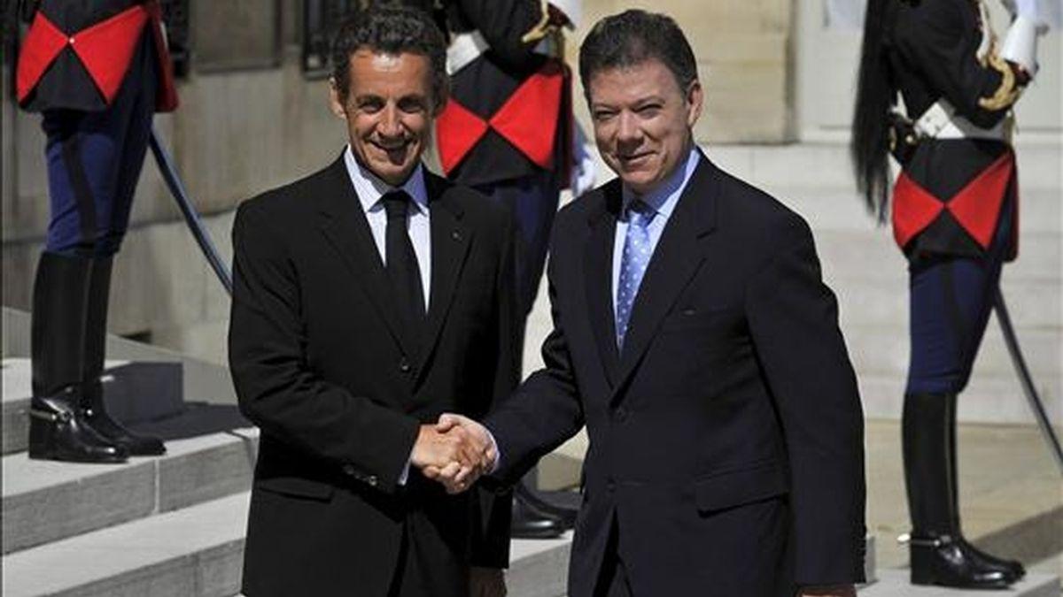 El presidente francés, Nicolas Sarkozy (i), estrecha la mano del presidente electo de Colombia, Juan Manuel Santos, antes de la reunión que mantuvieron hoy, en el Palacio Elíseo, en París (Francia). EFE