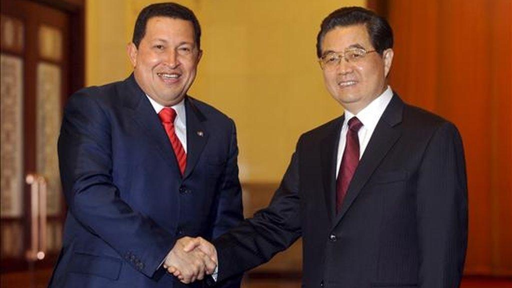 El presidente de Venezuela, Hugo Chávez (i), estrecha la mano de su homólogo chino, Hu Jintao (d), durante su reunión hoy en el Gran Palacio del Pueblo en Pekín, China. Chávez afirmó que en su visita de dos días a China buscará intercambiar ideas sobre la construcción de lo que considera un nuevo orden geopolítico mundial. EFE
