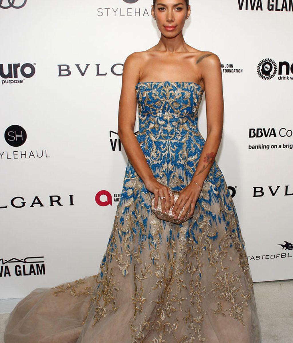 Leona Lewis eligió un vestido con escote palabra de honor en tonos azul y crema