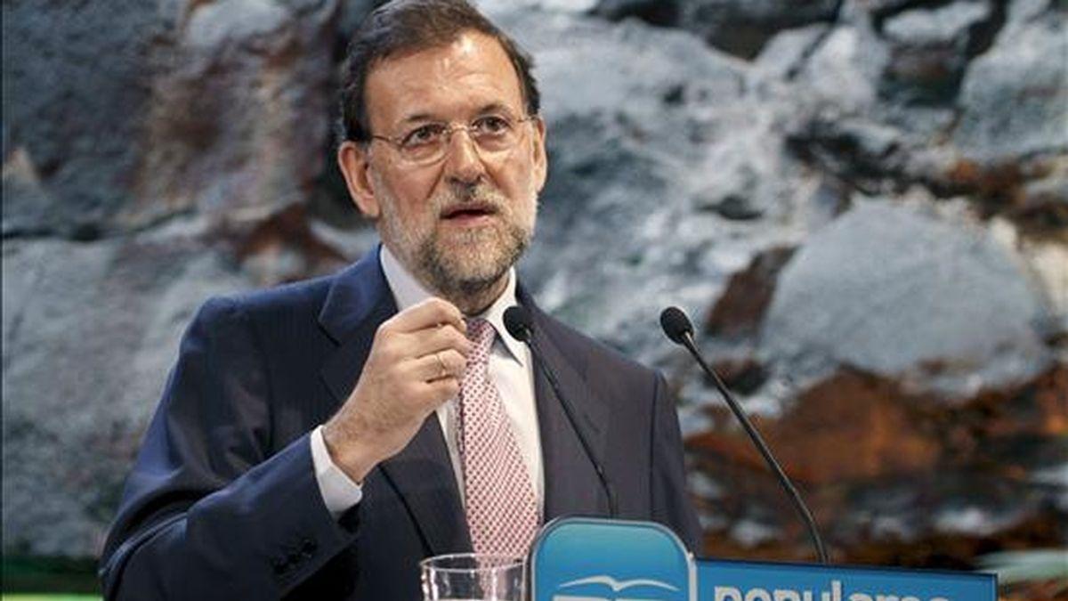 El presidente del Partido Popular, Mariano Rajoy, durante su intervención en el almuerzo que ha mantenido hoy con afiliados y simpatizantes en el Monumento al Campesino, situado en la localidad de San Bartolomé (Lanzarote). EFE