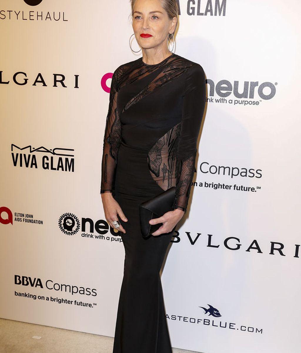 Sharon Stone con vestido en corte sirena de color negro con transparencias