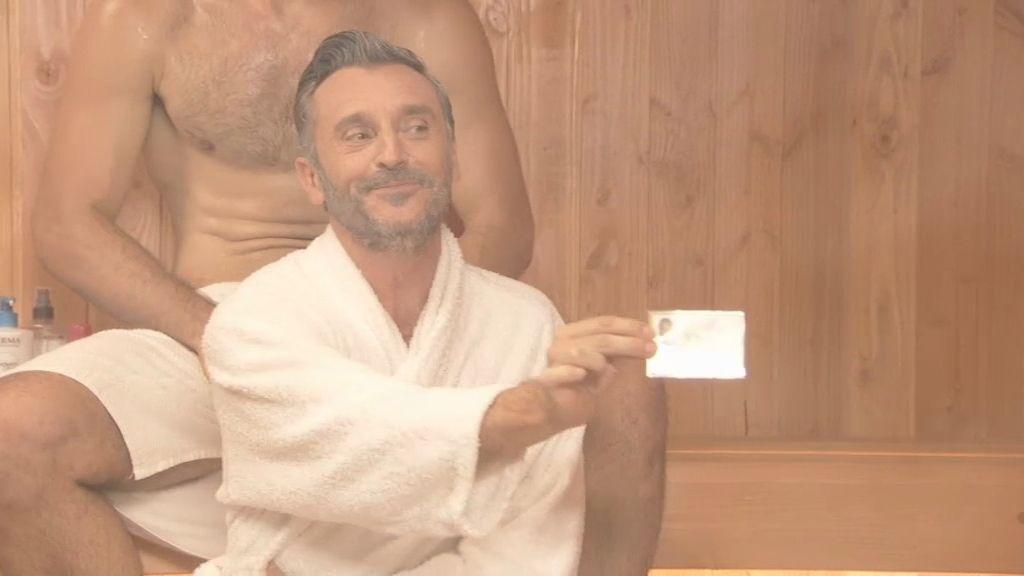 César consigue un carnet con privilegios en el gimnasio