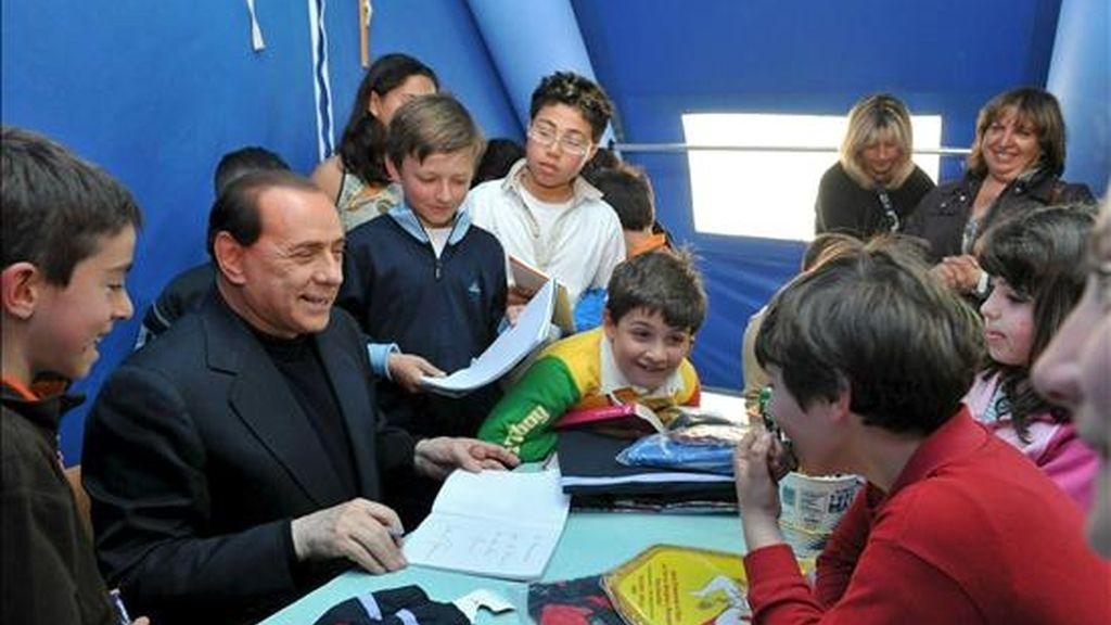 El primer ministro de Italia, Silvio Berlusconi, durante la inauguración de una escuela para los niños afectados por el reciente terremoto en Los Abruzos. EFE/Gabinete de prensa del primer ministro italiano