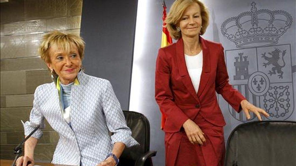 La vicepresidenta primera del Gobierno, María Teresa Fernández de la Vega (i), y la vicepresidenta segunda y ministra de Economía y Hacienda, Elena Salgado (d), al inicio de la rueda de prensa que ofrecieron hoy tras la reunión del Consejo de Ministros. EFE