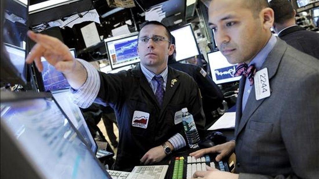 Corredores trabajan en la Bolsa de Nueva York (EEUU). El Dow Jones de Industriales recortó 186,29 puntos y se situó en 7.789,56 unidades. EFE