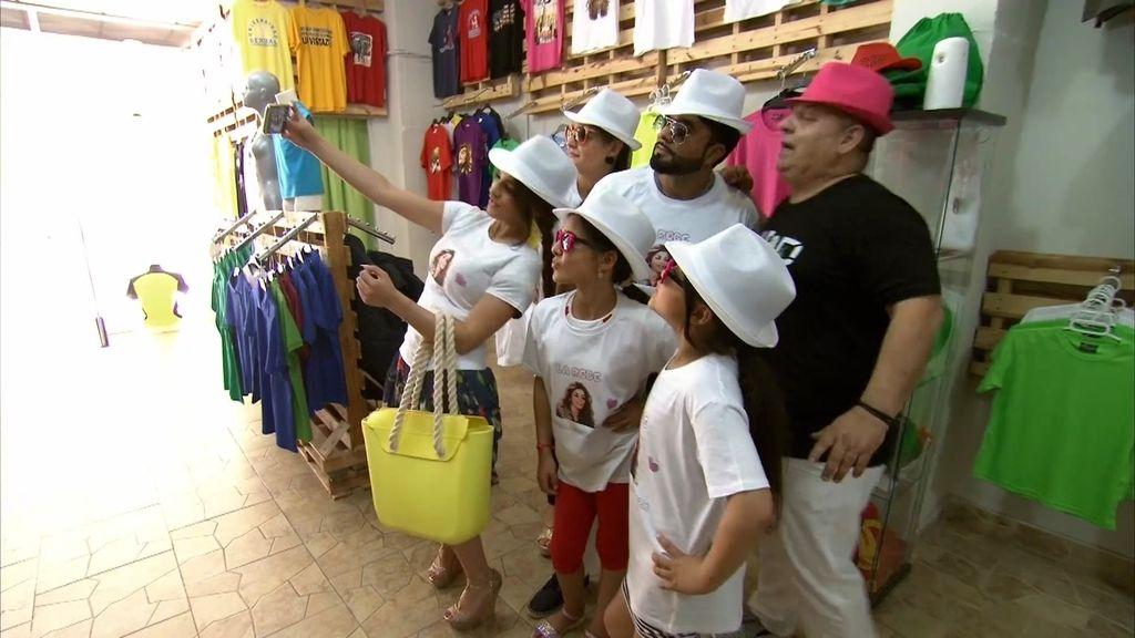 La Rebe amplía el negocio familiar... ¡Vendiendo camisetas con su cara!