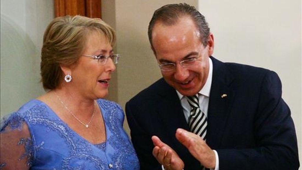 Siete de cada diez chilenos aprueban la gestión de la presidenta Michelle Bachelet (i), quien aparece en la imagen con el presidente de México, Felipe Calderon (d), durante su visita al país azteca. EFE