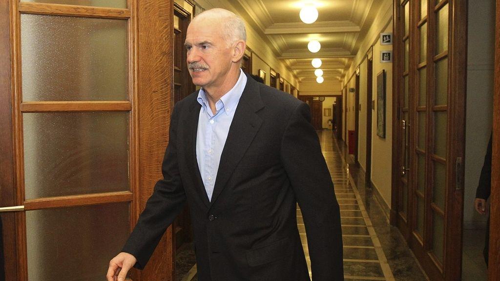 El primer ministro griego, Yorgos Papandréu llega al consejo de Ministros. EFE