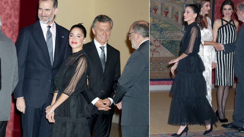 Letizia eligió un midi blanco y negro y Juliana un vestido largo vaporoso