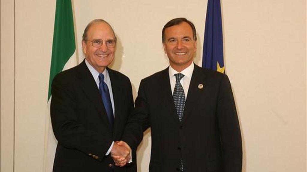 El ministro de Asuntos Exteriores italiano, Franco Frattini (dcha.), saluda al enviado especial de Estados Unidos para Oriente Medio, George Mitchell, en Trieste. EFE