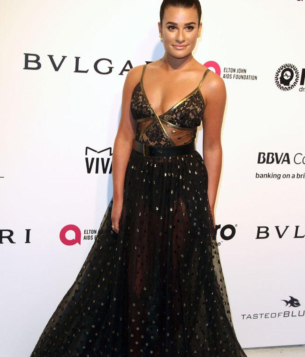 Lea Michele se decantó por las transparencias en tonos negro y dorado