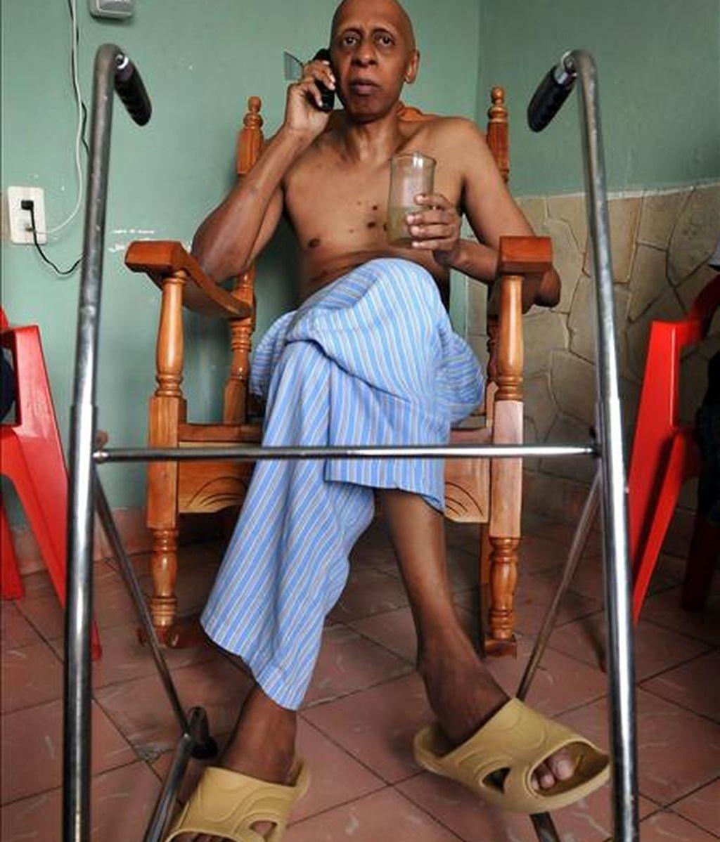 El disidente cubano Guillermo Fariñas en el día en que fue informado de su designación para el premio Sájarov 2010 a la libertad de conciencia, en Santa Clara (Cuba). EFE/Archivo