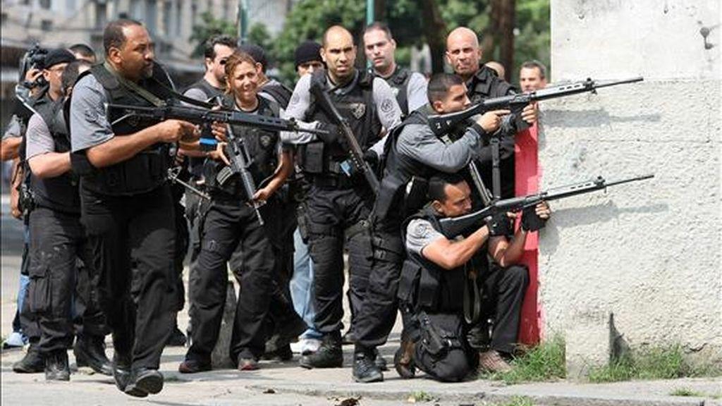 Policías patrullan en la favela Vila Cruzeiro en Río de Janeiro (Brasil), durante los operativos para contrarrestrar los ataques del crimen organizado. A 30 se elevó el número de muertos desde el pasado lunes, cuando la Policía inició su reacción contra estos grupos criminales. EFE