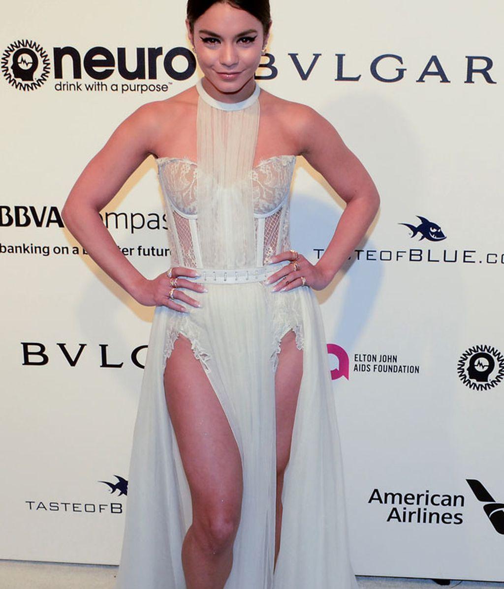 La cantante Vanesa Hudgens: corsé, falda de tul y collar, todo al blanco