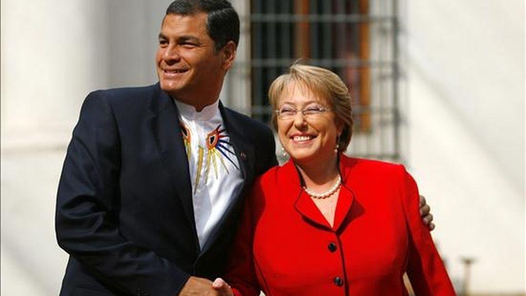 Imagen de la presidenta de Chile, Michelle Bachelet (d), junto a su homólogo ecuatoriano, Rafael Correa, a quien entregará la dirección temporal del bloque. EFE/Archivo