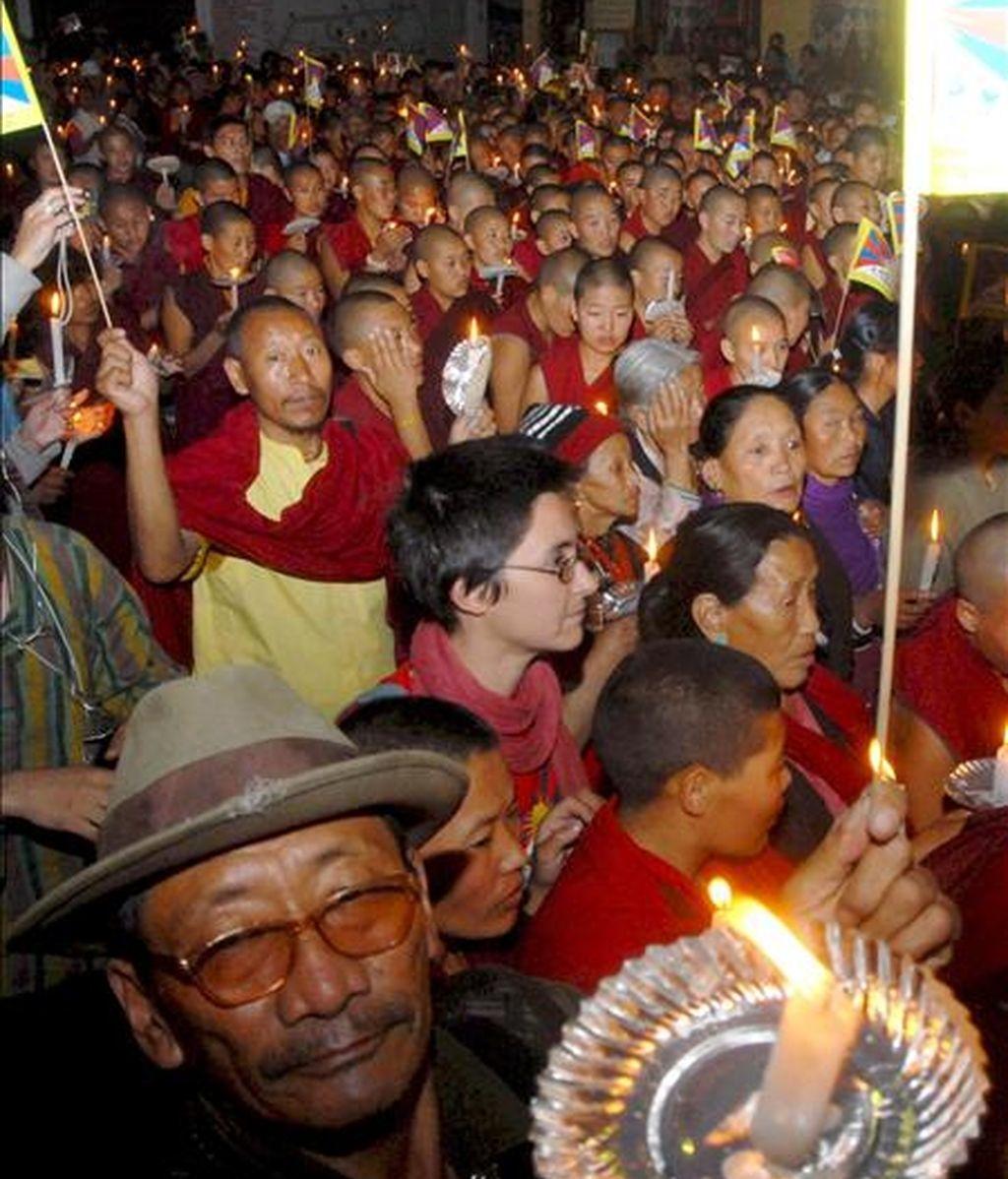 Miles de tibetanos protestan y gritan consignas anti Chinas durante una manifestación en el área dominada por los budas tibetanos en Katmandú, Nepal, en marzo de 2008. Miles de tibetanos participaron en una vigilia con velas para protestar por las muertes de tibetanos en Lhasa, China, durante enfrentamientos con la policía. EFE/Archivo