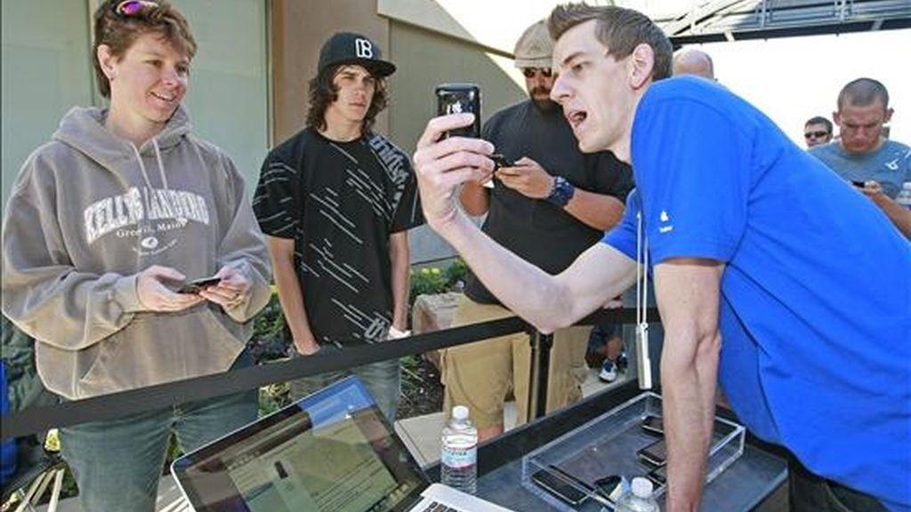Imagen de este fin de semana de un vendedor que  muestra el nuevo Apple iPhone 3GS a potenciales clientes. EFE