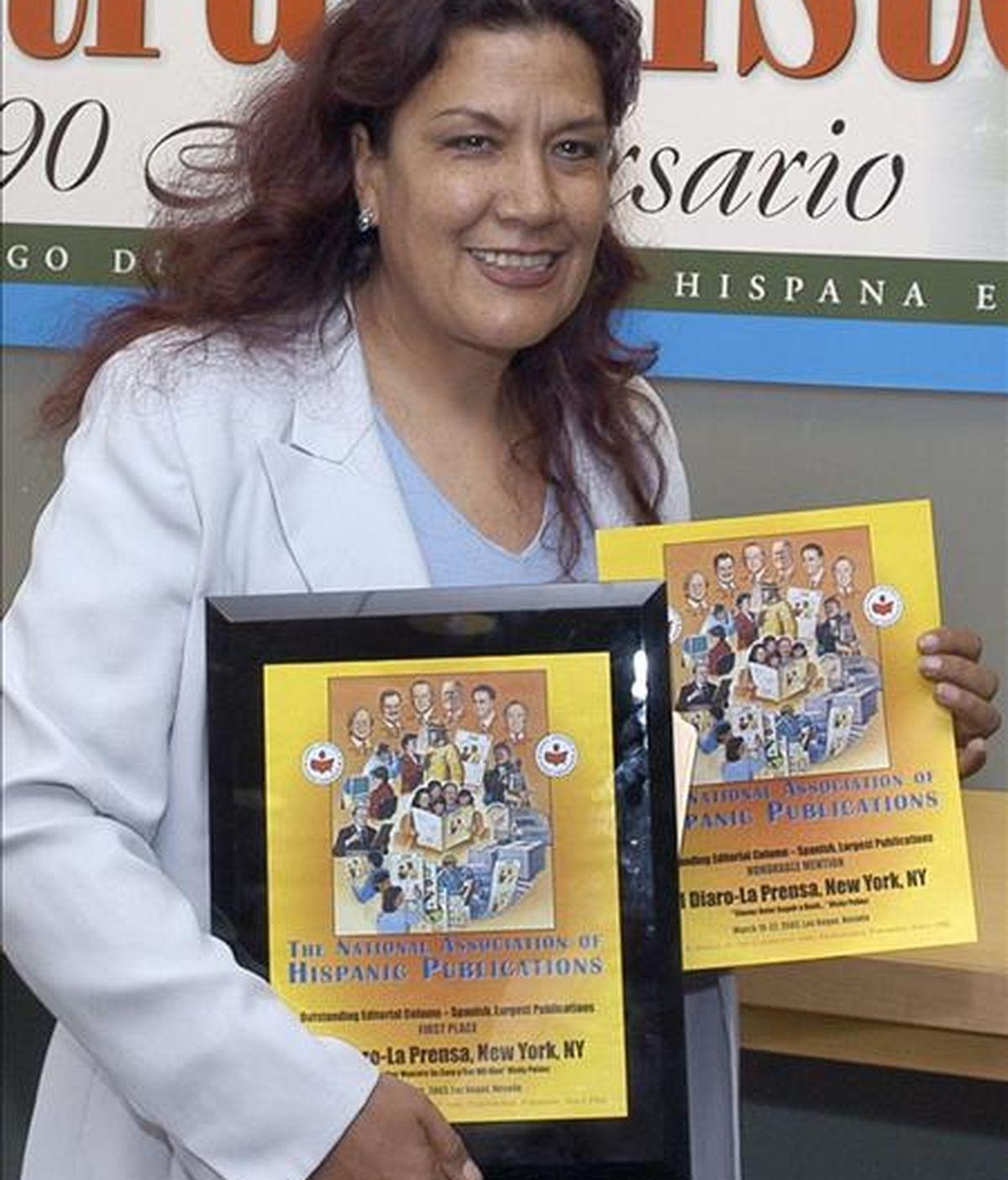 """Imagen de archivo de 2005 de la periodista peruana Vicky Peláez recibiendo dos reconocimientos por sus columnas de opinión en el diario """"La Prensa"""" de Nueva York. EFE/Archivo"""