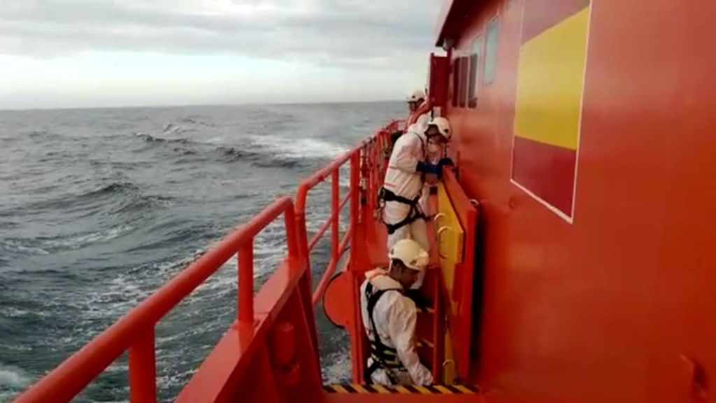 Miembros de Salvamento Marítimo a bordo de su embarcación en aguas del Mar de Alborán