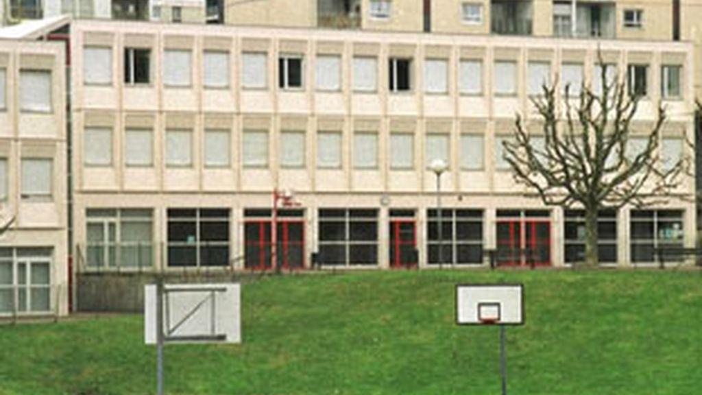Imagen de archivo de la escuela francesa donde un joven armado amntiene retenido a varios niños.