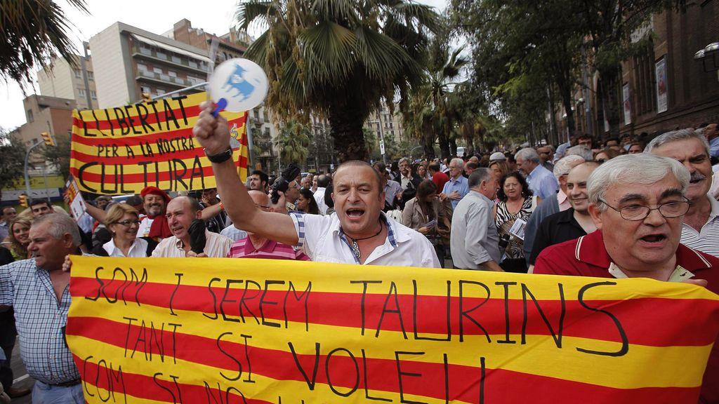 Un grupo de protaurinos se congrega esta tarde a las afueras de la Plaza Monumental de Barcelona con pancartas en apoyo a la fiesta