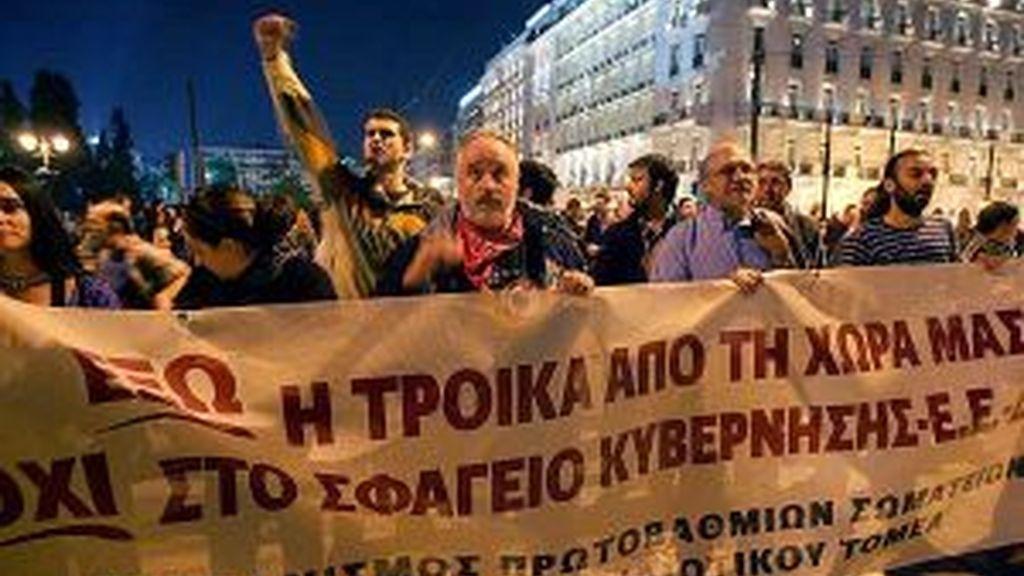 Manifestantes protagonizan un acto de protesta en contra de las medidas de austeridad. EFE