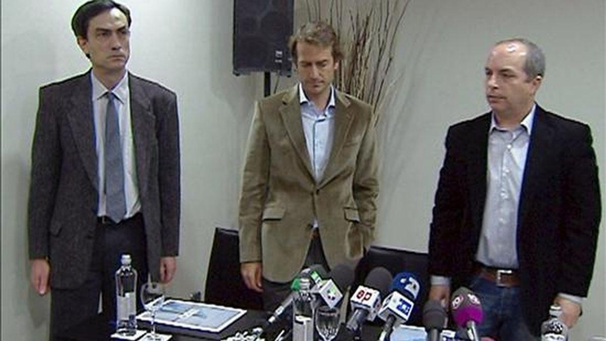 El presidente de la Unión Sindical de Controladores Aéreos (USCA), Camilo Cela (i); el secretario de Comunicación, César Cabo (c), y el portavoz, Daniel Zamit (d), durante la rueda de prensa ofrecida esta tarde con motivo de la protesta que ha obligado a cerrar varios aeropuertos españoles. EFE
