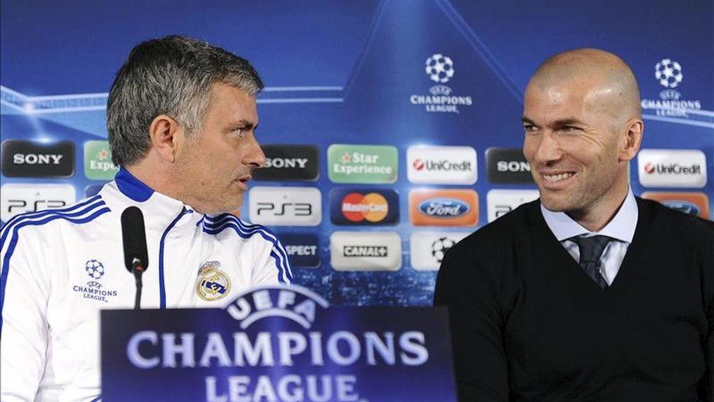 El entrenador portugués del Real Madrid José Mourinho (i), acompañado por el consejero del presidente del Real Madrid Zinedine Zidane, durante una rueda de prensa. EFE/Archivo