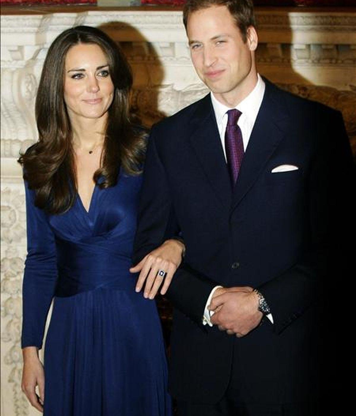 El príncipe Guillermo (d), segundo en la línea de sucesión al trono británico, y su prometida Kate Middleton (i) posan para los fotógrafos el martes 16 de noviembre de 2010, en el Palacio de San James en Londres (Reino Unido), después de anunciar su compromiso. EFE/Archivo