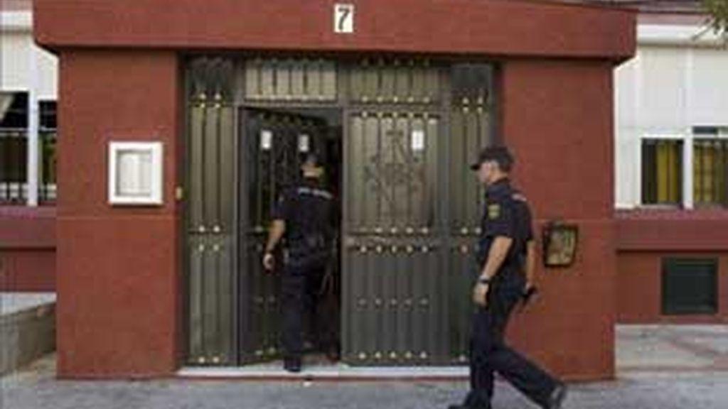 La Policía accede al bloque donde fue hallado el cadáver de la víctima. Foto: EFE