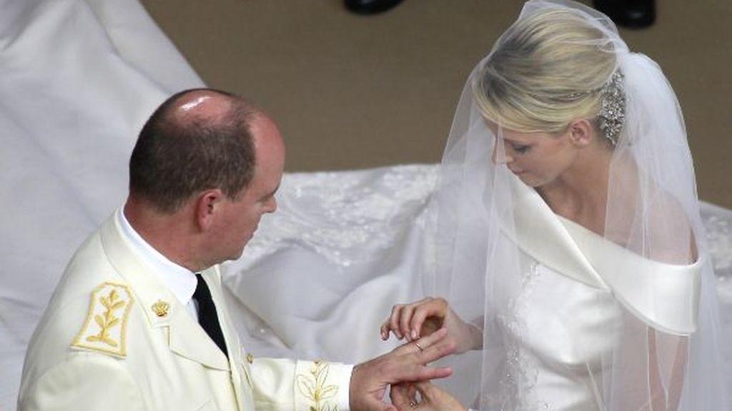 Charlene pone el anillo de compromiso a Alberto