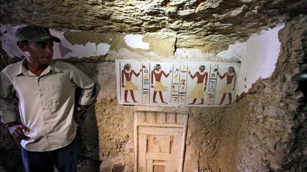Un arqueólogo posa junto a una de las dos tumbas recientemente encontradas en la necrópolis de Saqqara a unos 50km al sur de El Cairo, Egipto, hoy, jueves, 8 de julio de 2010. Según el jefe de la arqueología egipcia, Zahi Hawas, las tumbas, de la Sexta Dinastía (2374-2191 ac), pertenecen a un padre, Shendwa, y su hijo, Khonsu, que servían como escribientes. EFE