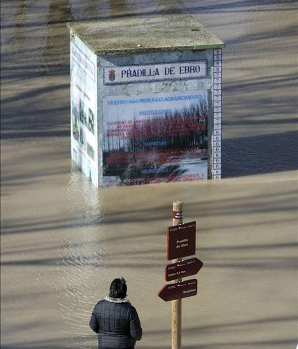 Una vecina de la localidad zaragozana de Pradilla contempla la crecida del rio Ebro, provocada por las intensas lluvias en el norte de la península y el deshielo por el aumento de las temperaturas. EFE