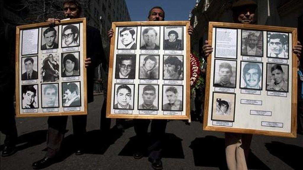 En la imagen ex integrantes del cuerpo de seguridad del presidente chileno Salvador Allende. EFE/Archivo