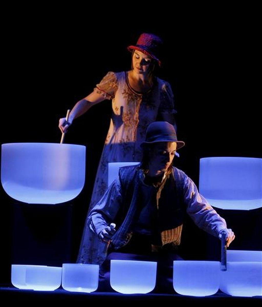 """Un momento del pase gráfico del espectáculo """"Corteo"""" que el Circo del Sol 2011 ha presentado hoy en el Teatro de la Abadía, en Madrid. El espectáculo se representará en el escenario de Puerta del Angel de Madrid a partir del próximo día 2 de Abril de 2011. EFE"""