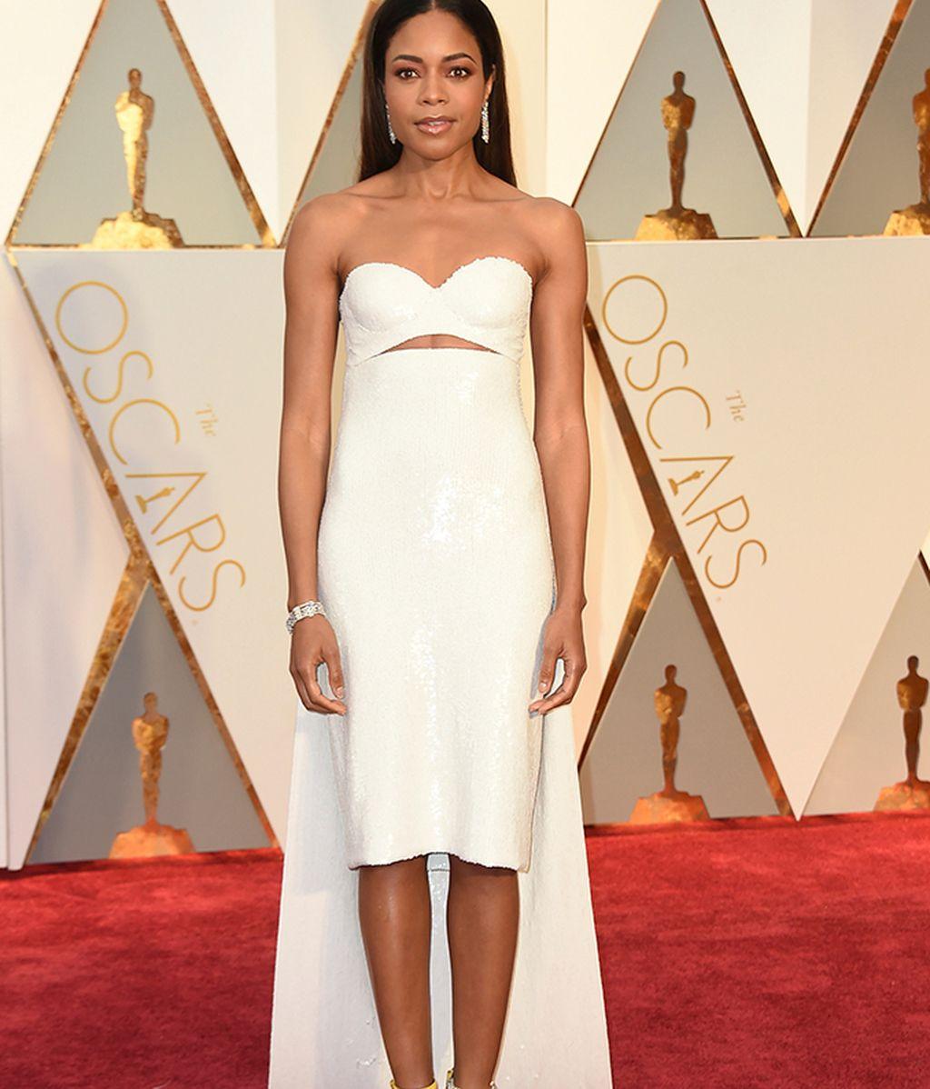 Naomie Harris con vestido corto de Calvin Klein