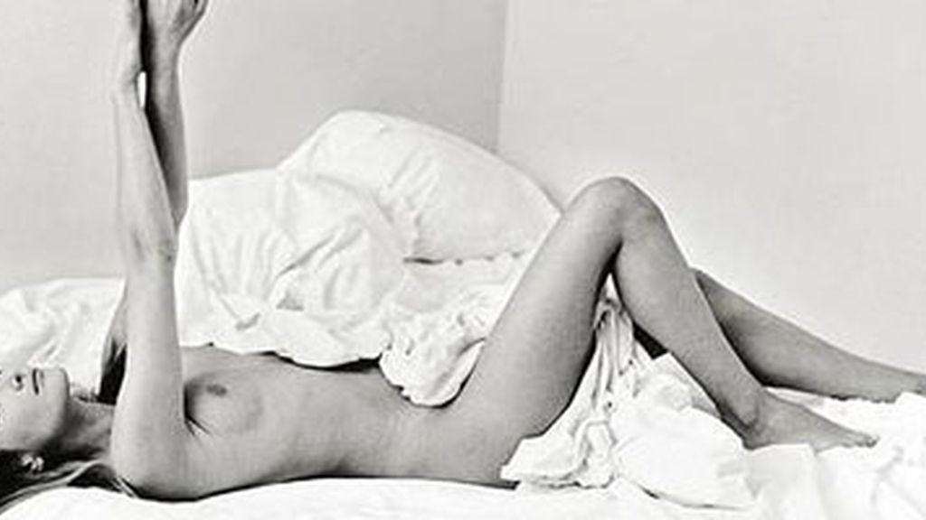 La fotogafía de Carla Bruni fue vendida por 13.000 euros en una subasta realizada en Alemania.