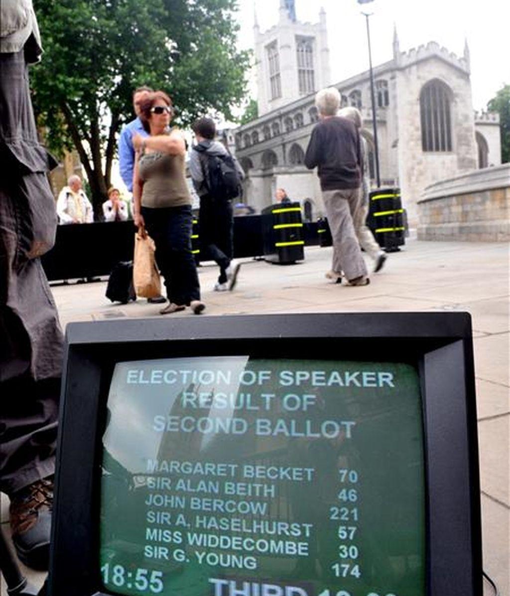 Un monitor situado en el exterior del Parlamento británico muestra los resultados de la segunda votación para elegir al nuevo presidente de la Cámara de los Comunes. EFE