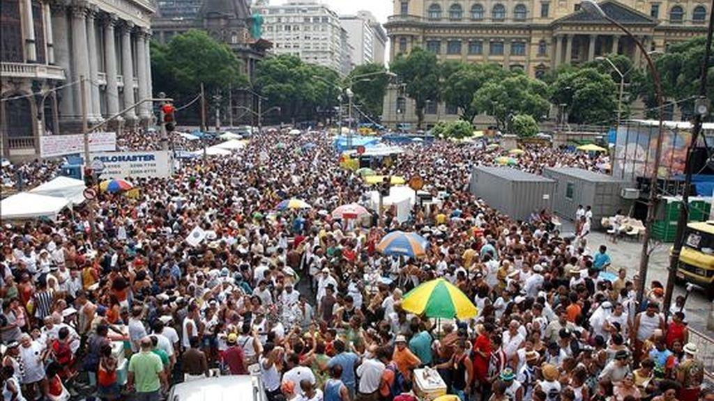 La región sureste sigue siendo la más poblada, con 80,3 millones de habitantes, y alberga las mayores ciudades del país: Sao Paulo, con 11,2 millones de personas, y Río de Janeiro, con 6,3 millones. En la imagen un registro de miles de habitantes en Río de Janeiro en abril de 2009. EFE/Archivo