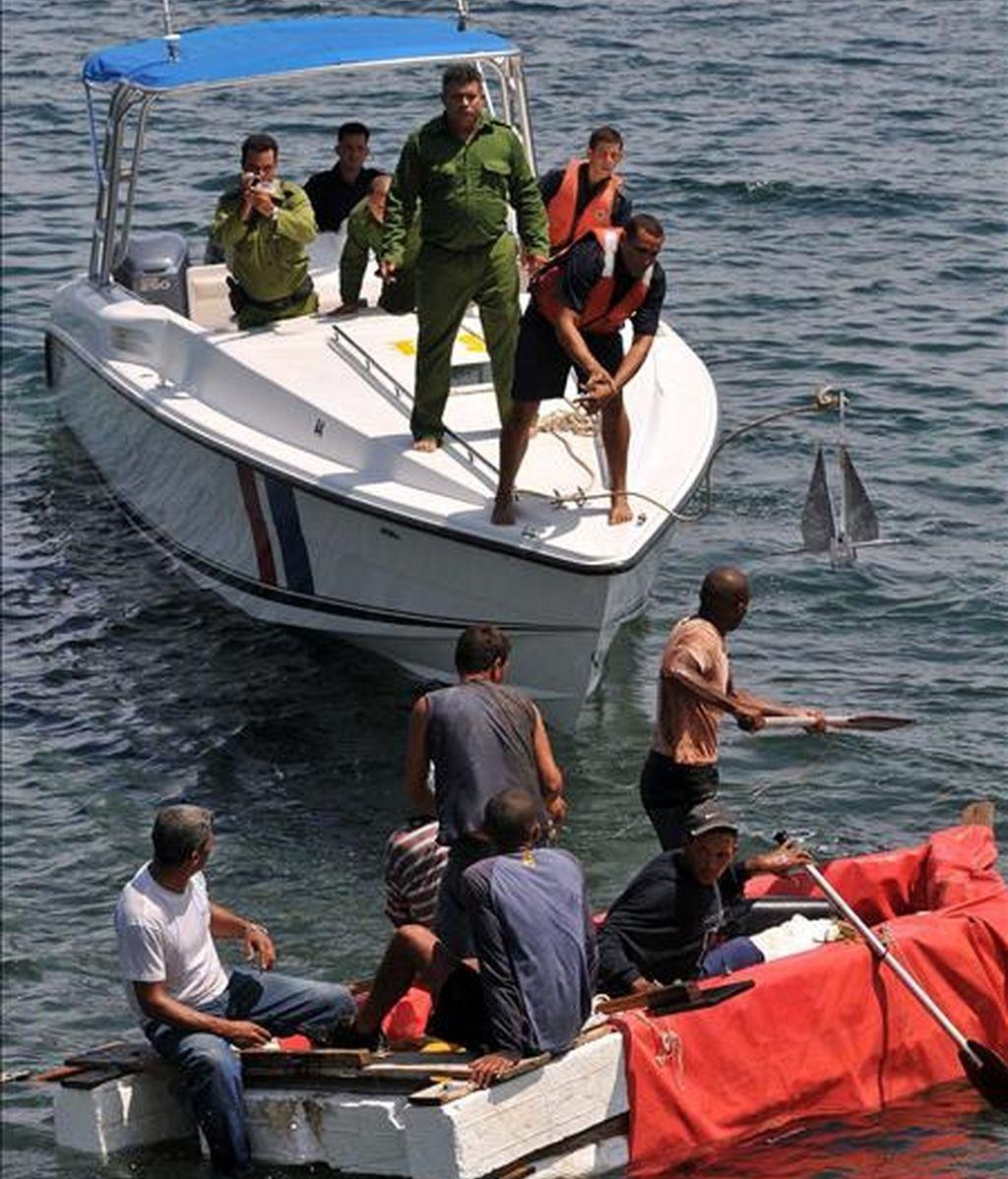 Imagen de este jueves de guardafronteras cubanos que tratan de abordar una embarcación rústica de un grupo de balseros que intentan una salida ilegal. EFE