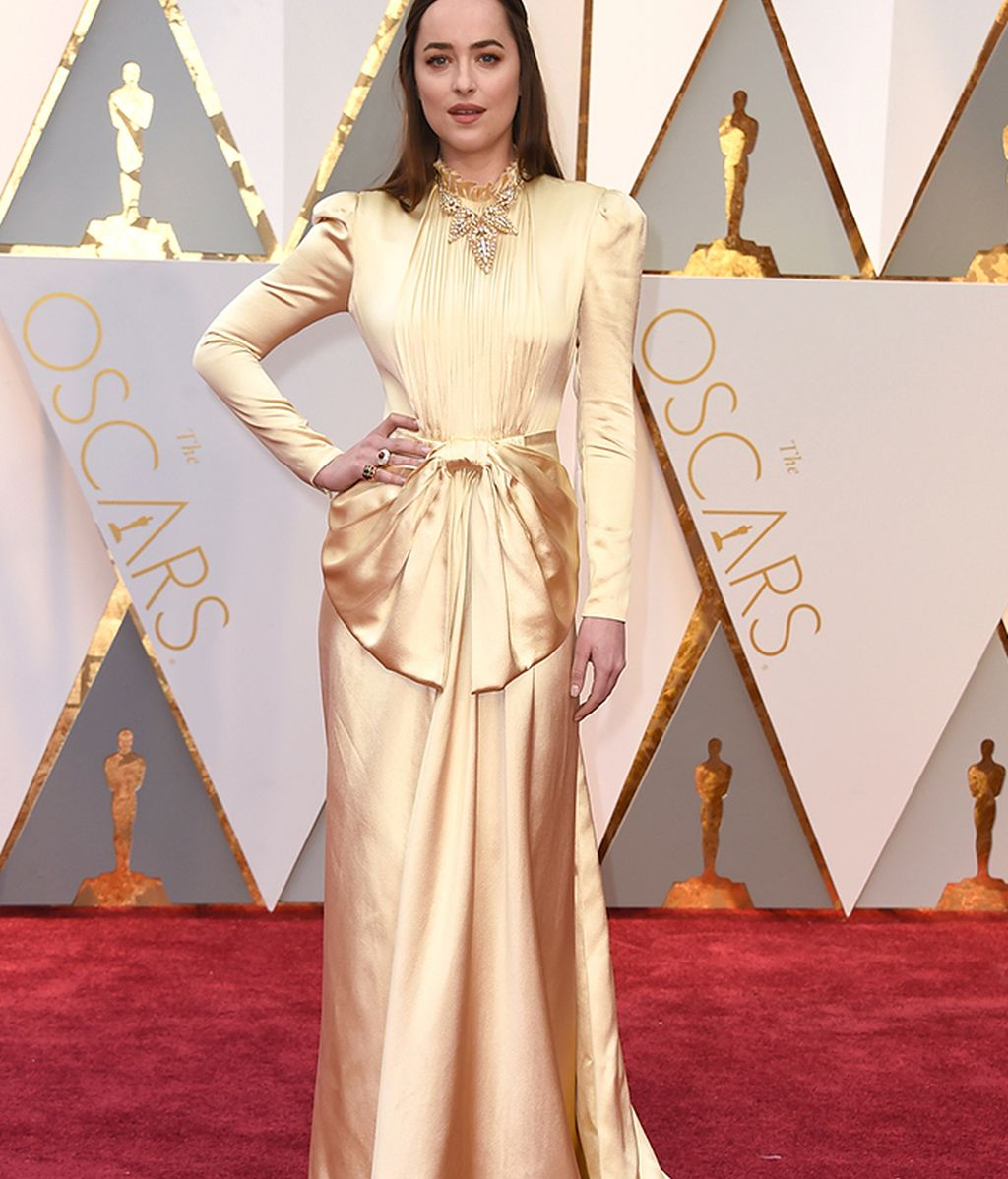 Dakota Johnson con vestido dorado de Gucci