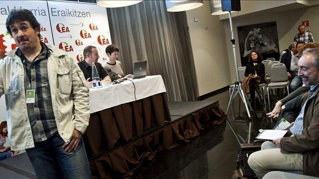 El secretario general de EA, Pello Urizar (i), en un descanso de la Asamblea Nacional de su partido, celebrada ayer en Bilbao (Vizcaya). EFE