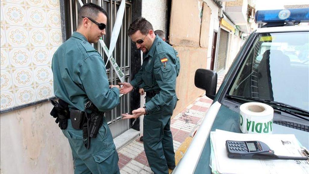 Agentes de la Guardia Civil precintan la casa donde un hombre y una mujer han muerto hoy como consecuencia de un incendio registrado en su vivienda en la localidad cordobesa de Moriles. EFE